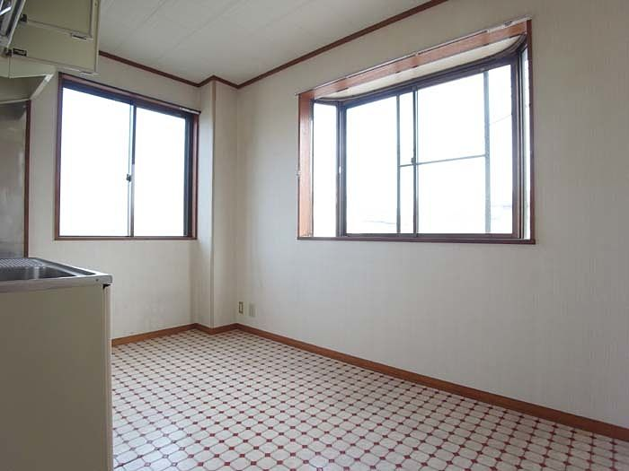 広い出窓付きだからテーブル置いて寛ぎの空間が創れます♪