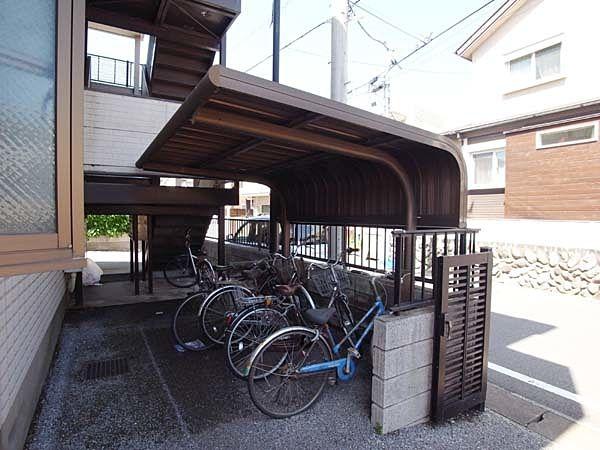 しっかりとした屋根付き駐輪場