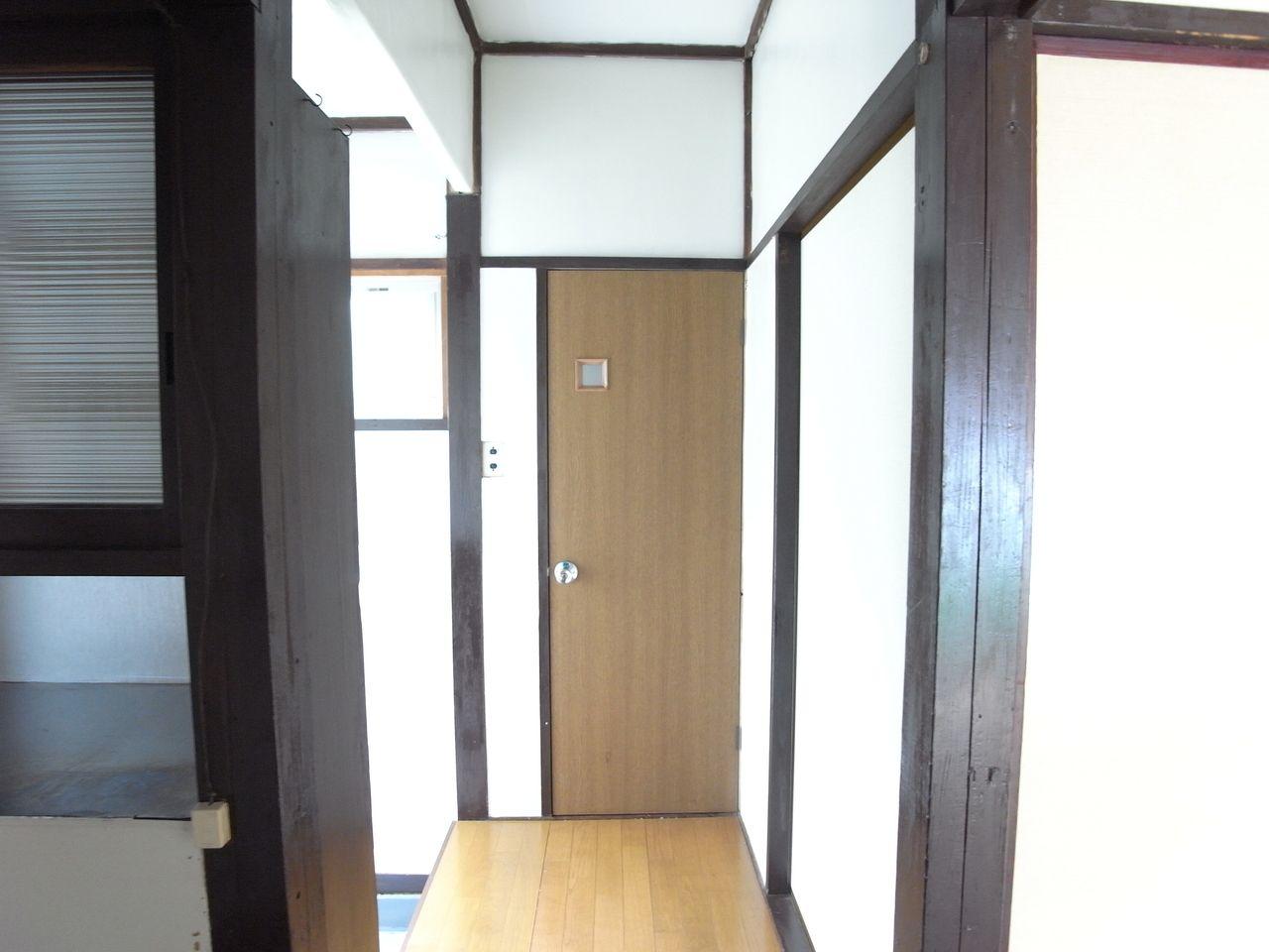 玄関入って左側のドアがトイレです