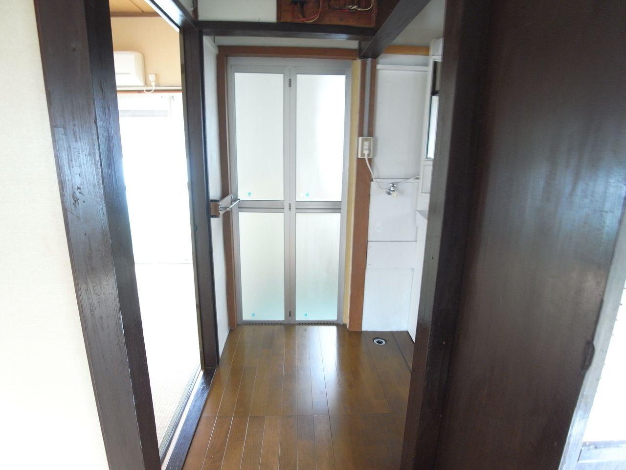 折戸のガラスドアがバスルーム