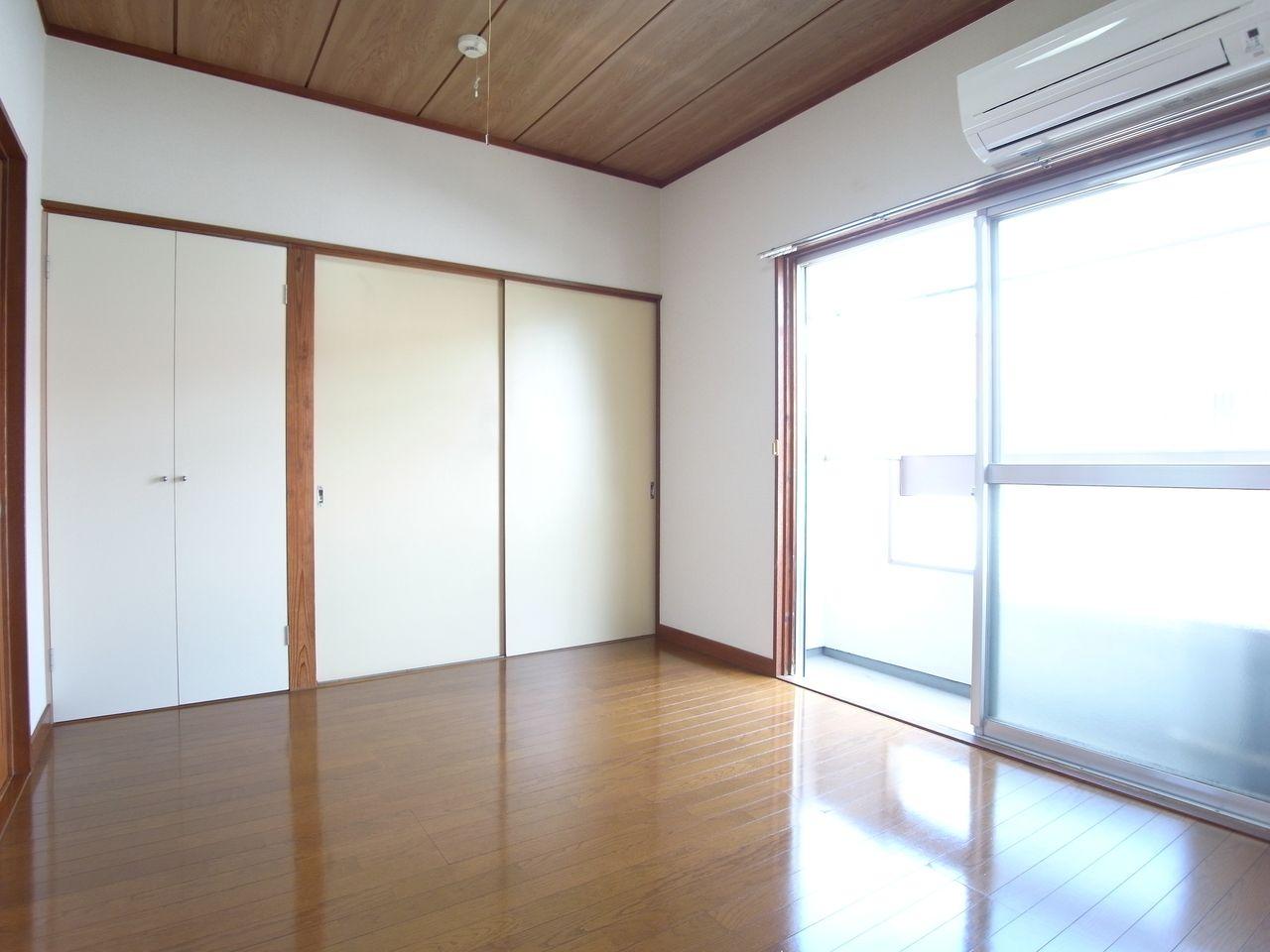 ガラス戸の間仕切りだから室内も明るいです