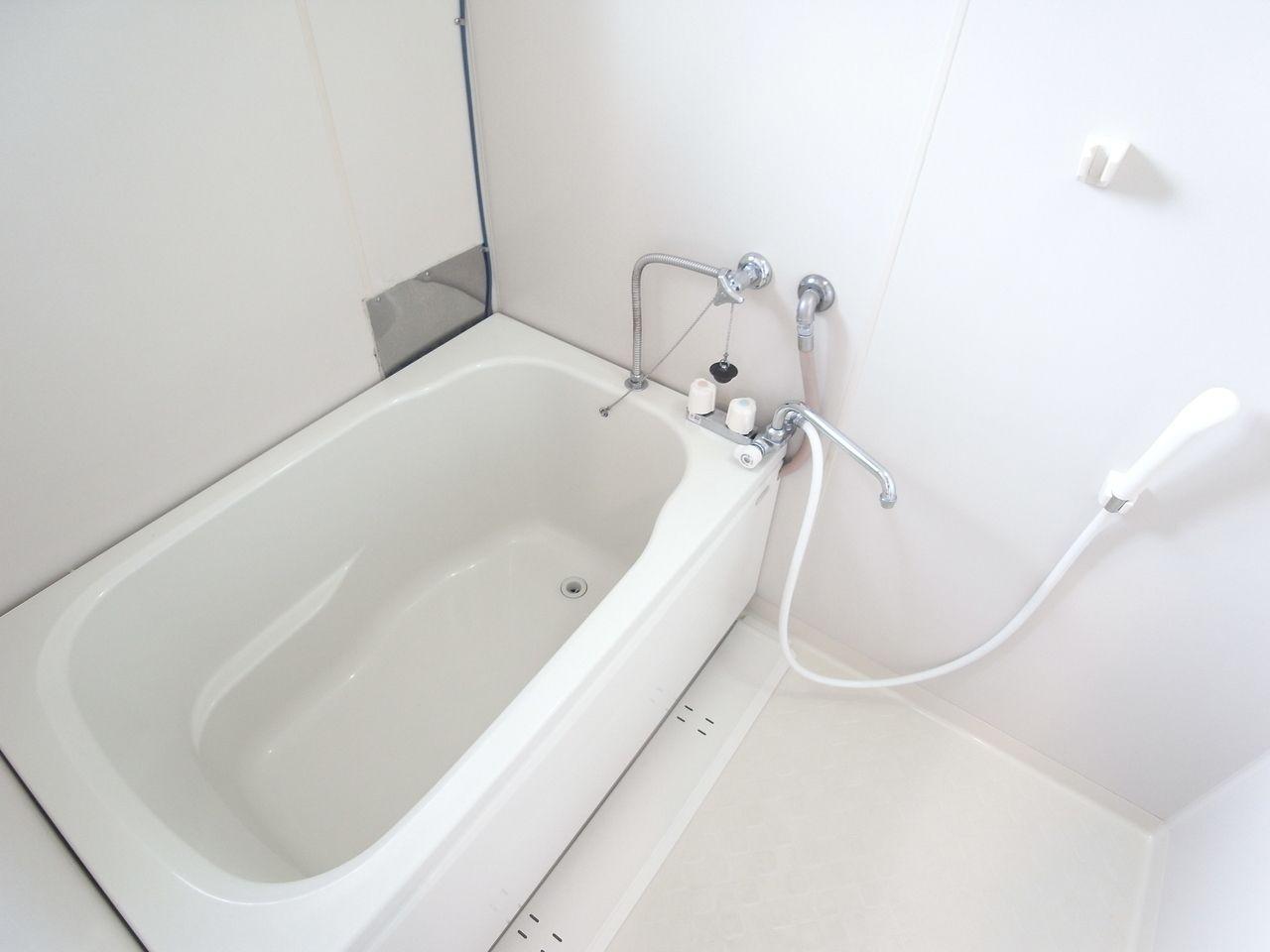 真っ白いキレイ目なバスルーム