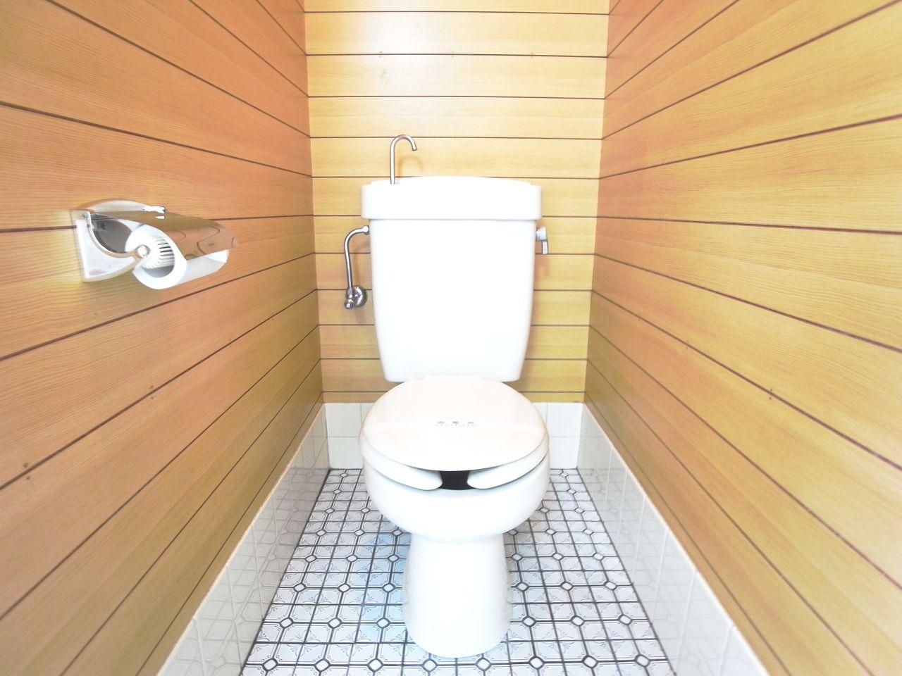 レトロな柄タイル仕様のトイレ