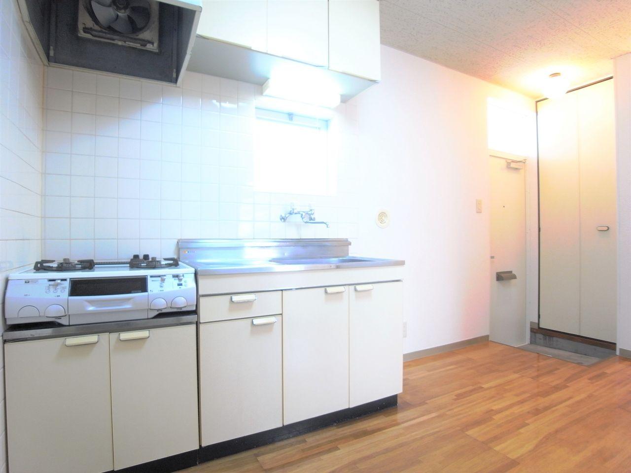 右側が冷蔵庫設置スペースです