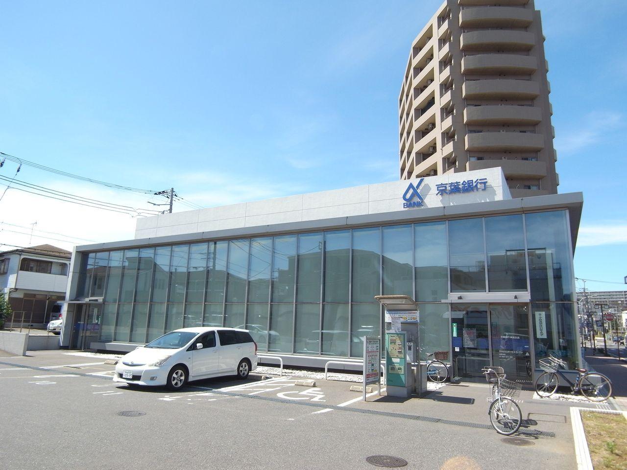 大きな駐車場のある銀行です。貸金庫も充実!