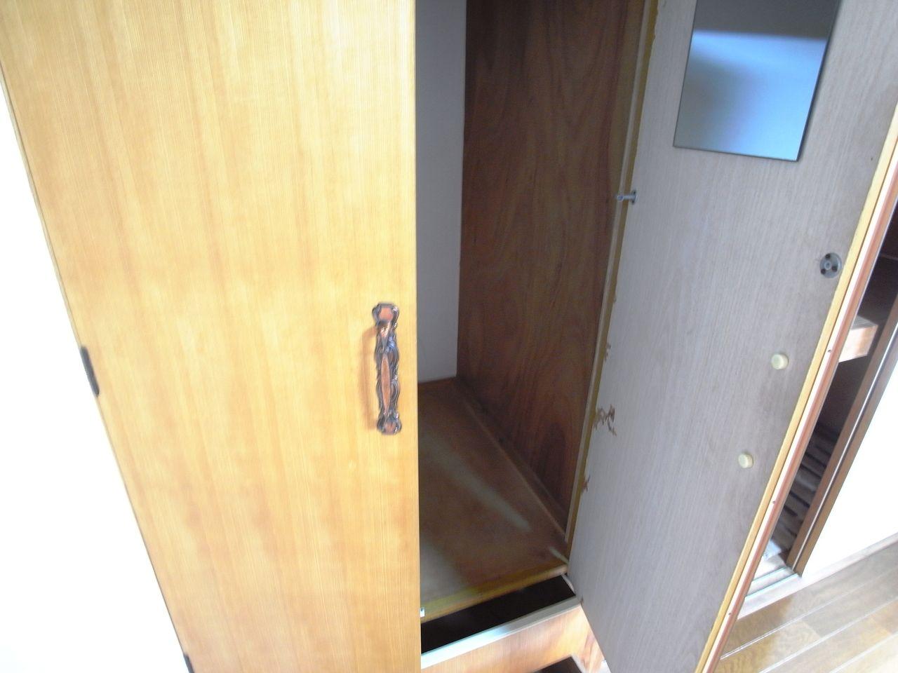 クローゼット扉は鏡付き