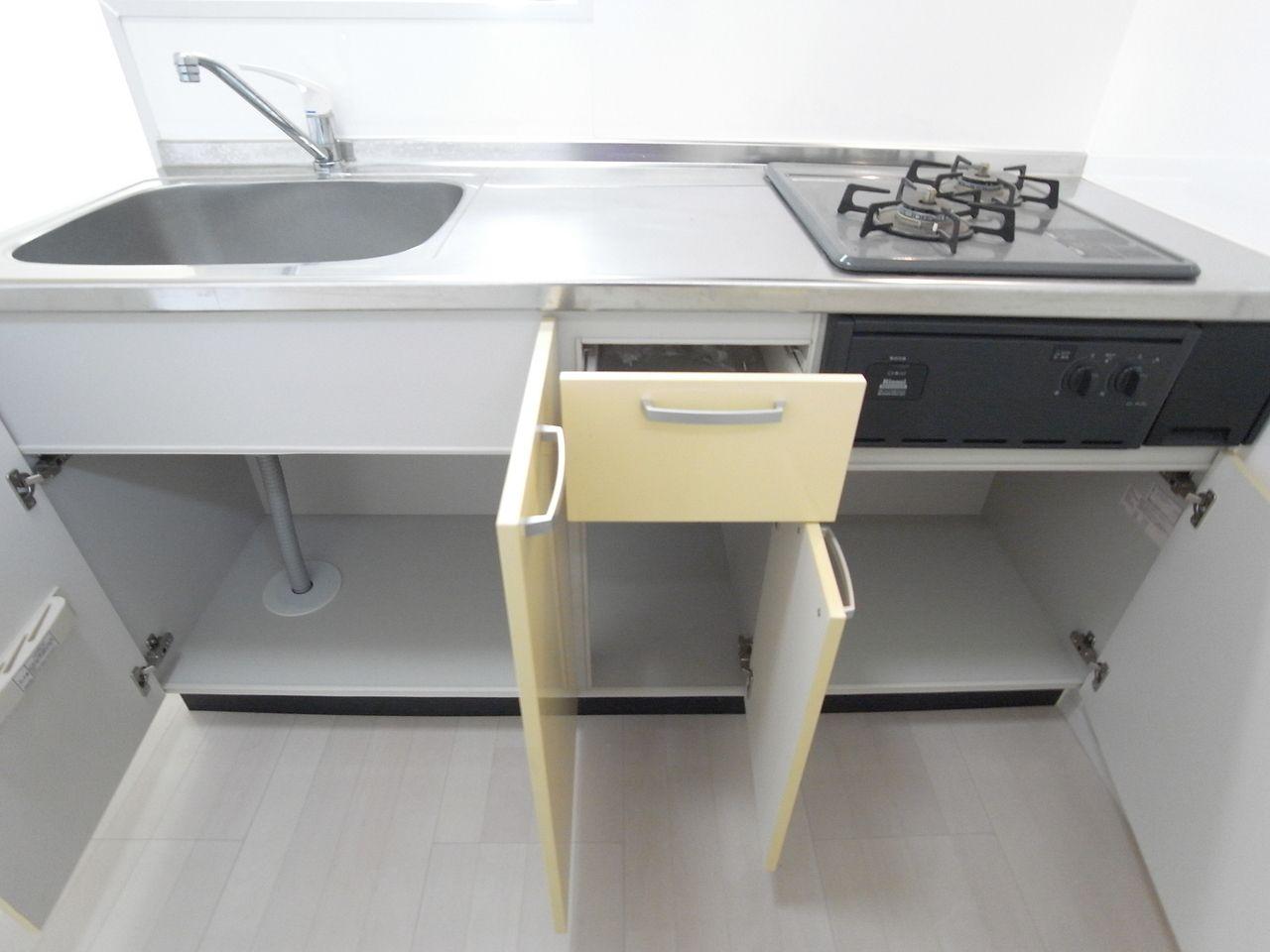 普段使用する食器やカトラリーもきちんと収納できます