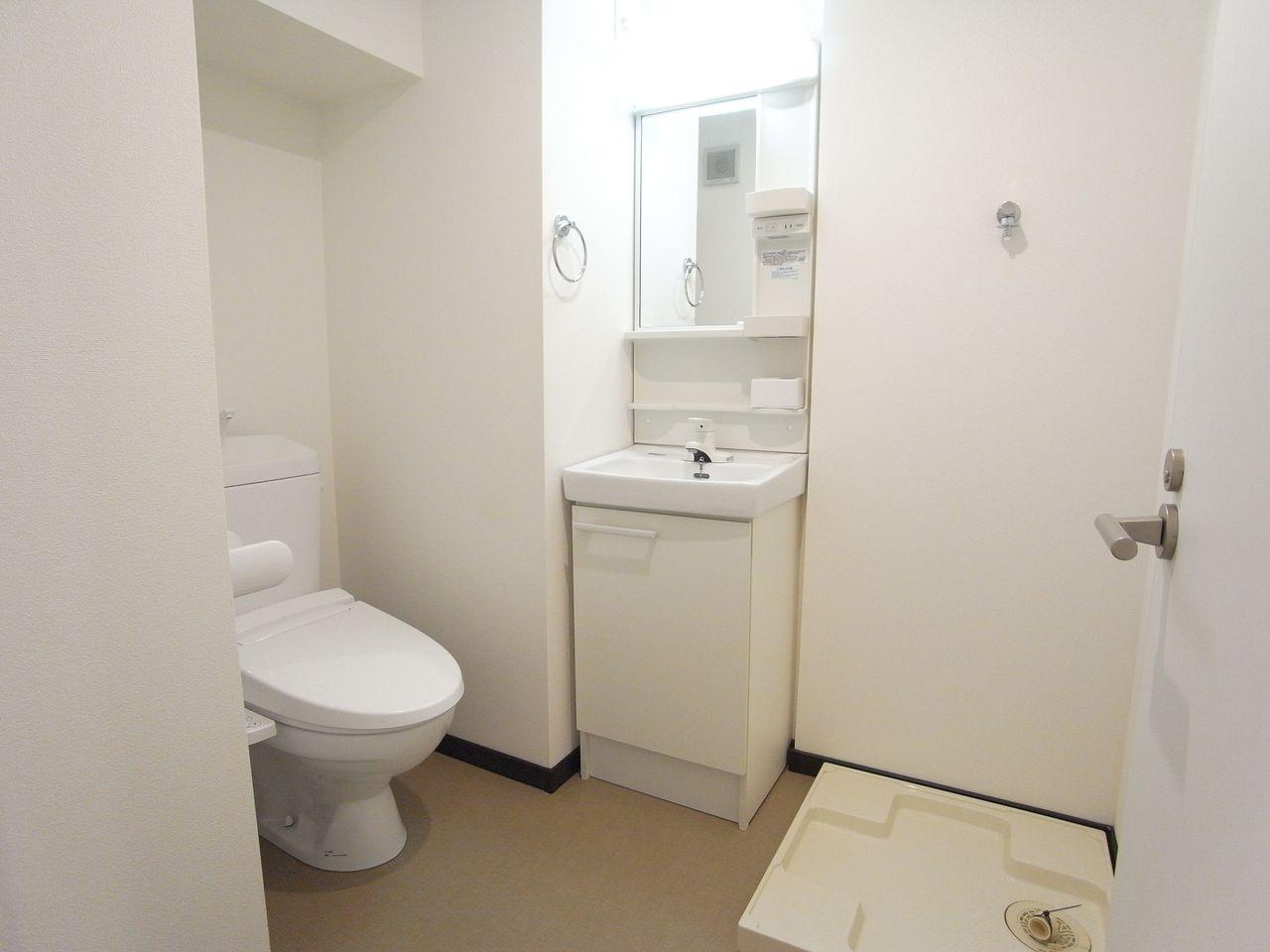 トイレ、洗面台とバスルームになります。