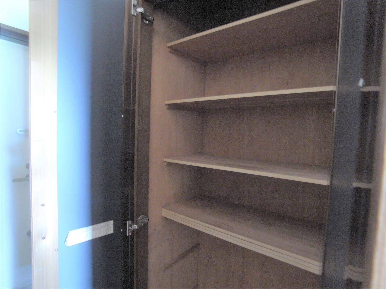玄関側の収納は棚付きの大きな納戸です