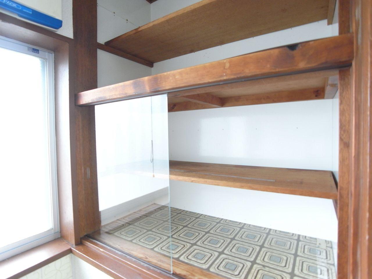 お皿やカップなどスグ使うものも収納できて便利です