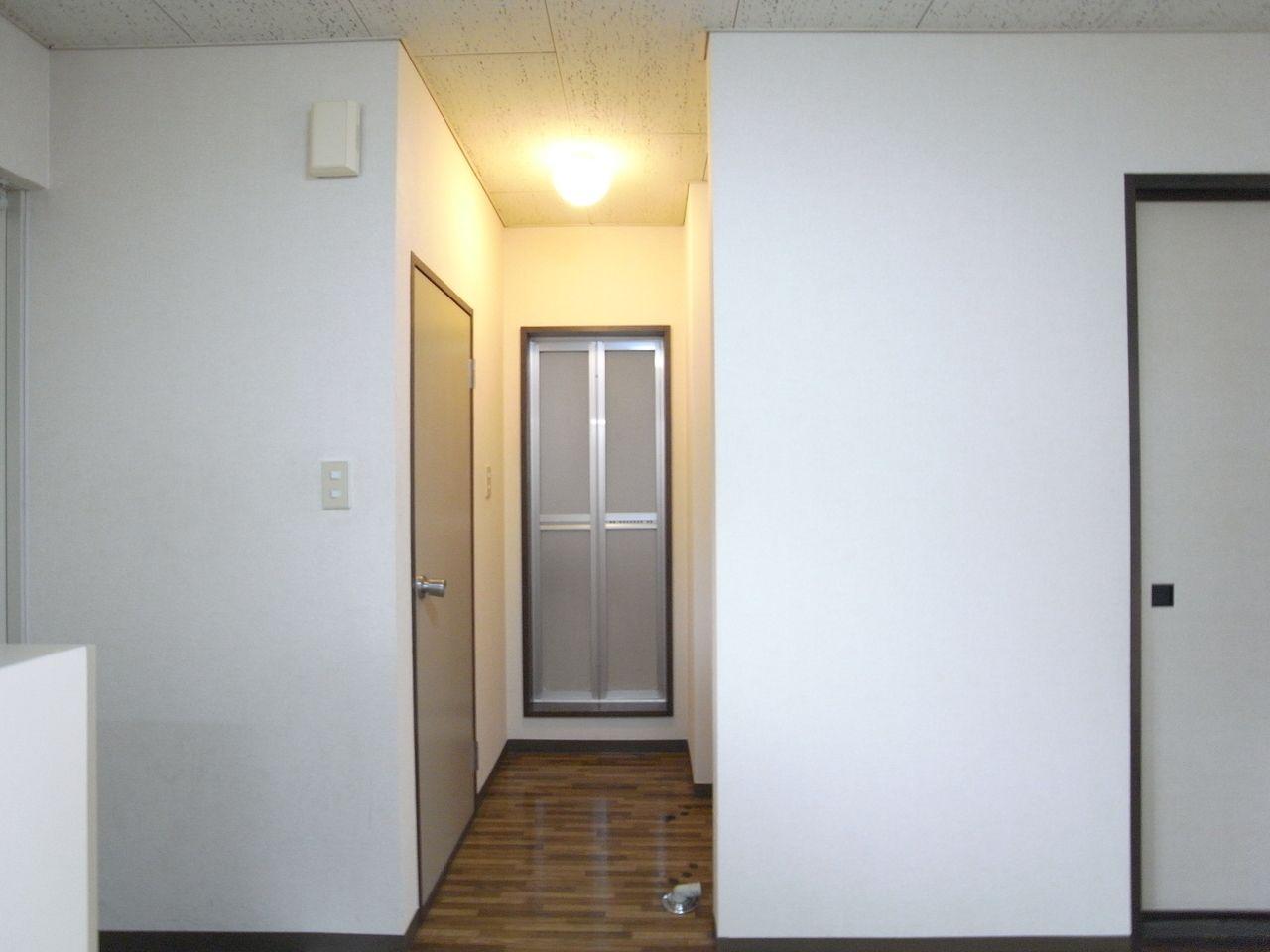 洗濯機置場、トイレ、奥にバスルームがあります