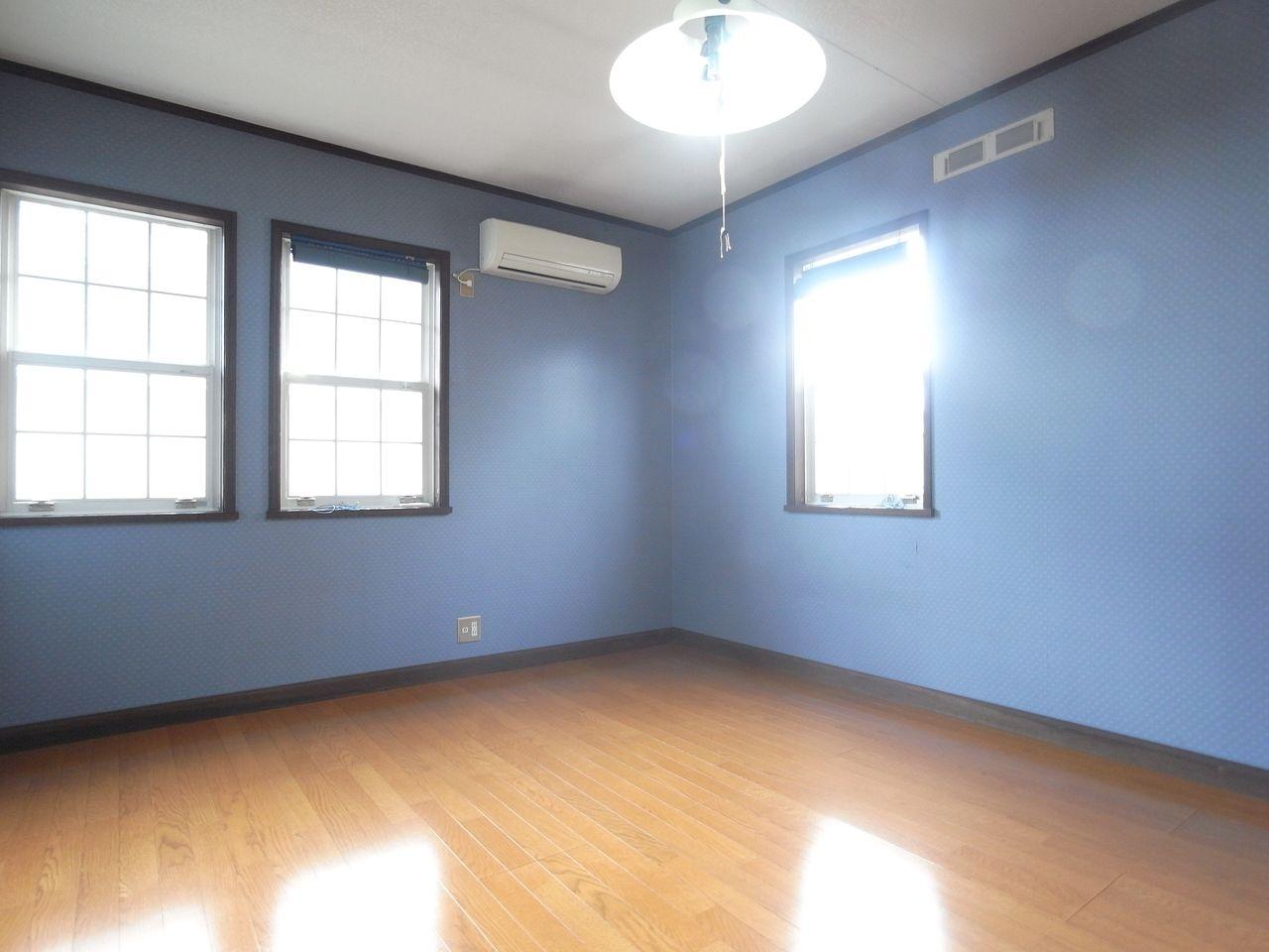 ブルーカラーの柄クロスが魅力的な居室です