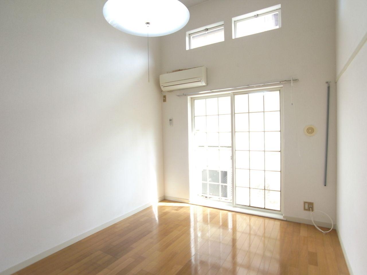 上部に窓があるので明るい室内