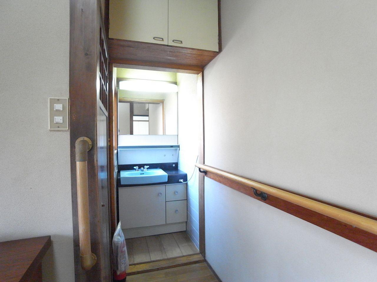 奥に洗面台とトイレがあります