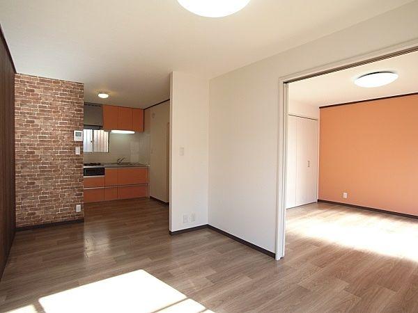 2連引き戸で隣室とリビングを広く使用できるように。