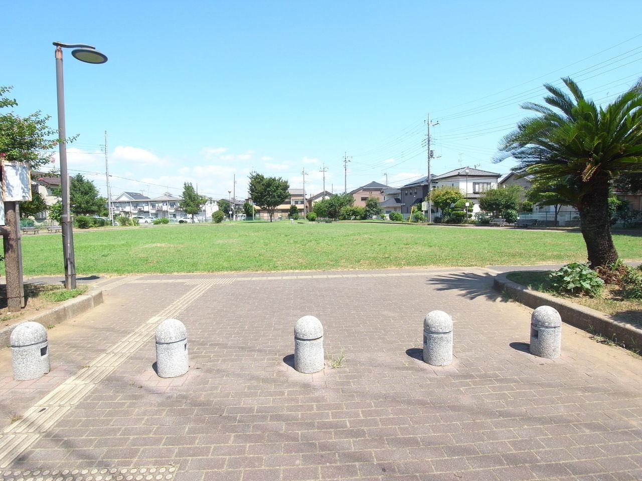 建物前にある広い公園
