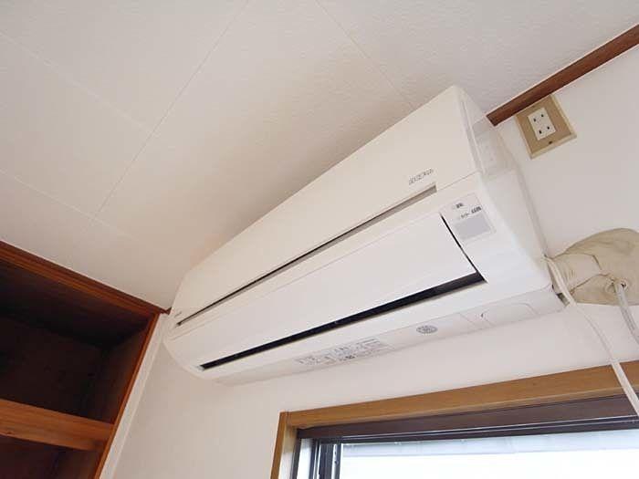 2階の2間の洋室にはエアコン付きで快適です