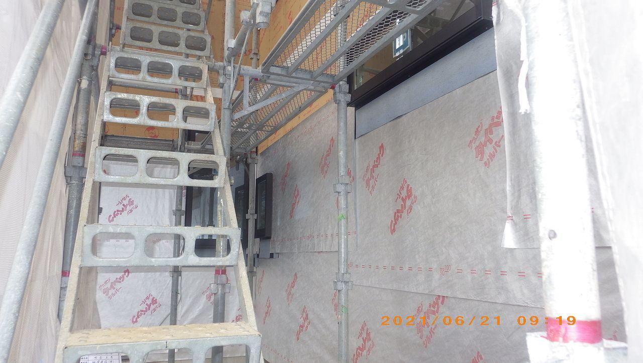 壁に防水シートを張ります。【外壁工事】