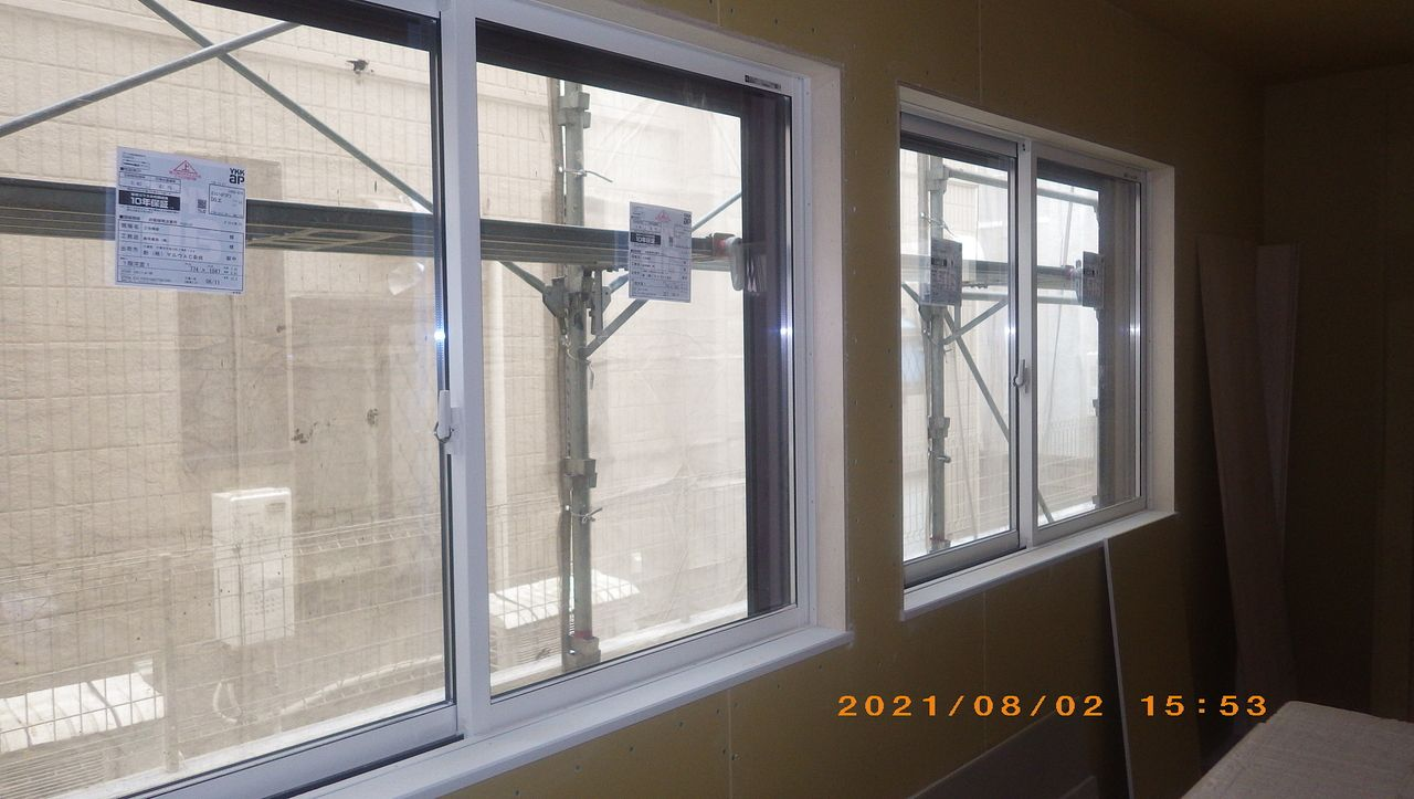 窓枠取付の様子です。【木工事】