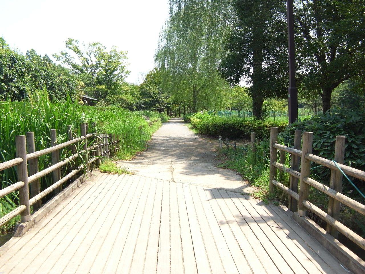 この先左側には 千葉県指定有形文化財の 「旧鴇田家住宅」があります。