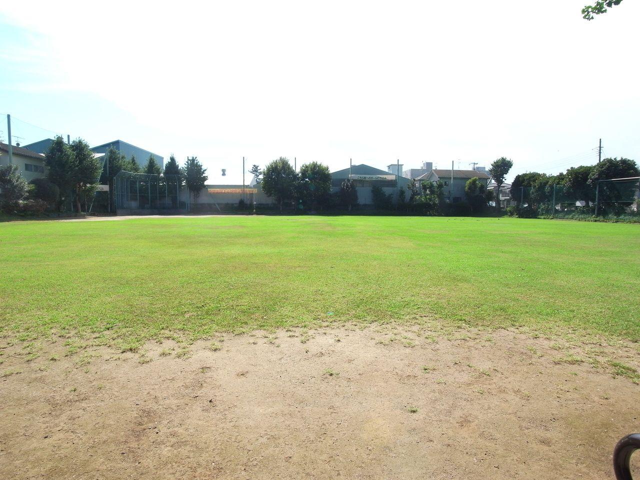 「少年野球のできる大きさ」として 大人の野球、硬球の使用、サッカーボールの使用は禁じられています。