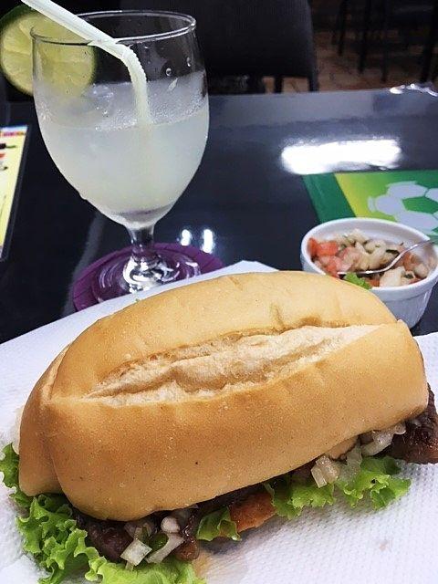 飲み物は「カイピリーニャ」のレモン。果肉も入っていてスッキリ飲みやすい!
