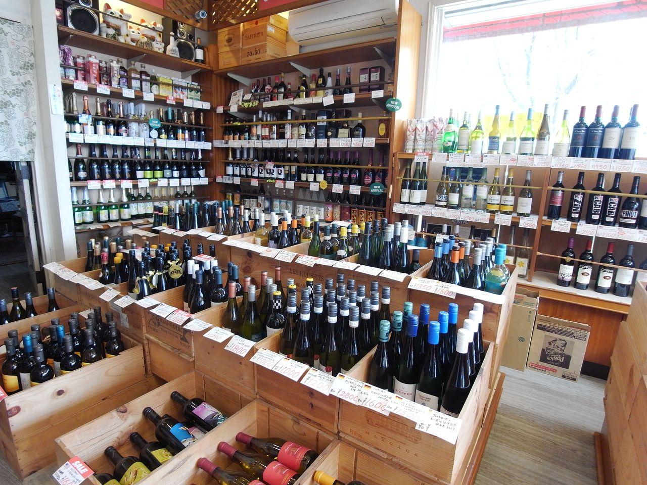 たくさんのワインをメインに、焼酎や日本酒も取り扱っていますよ。