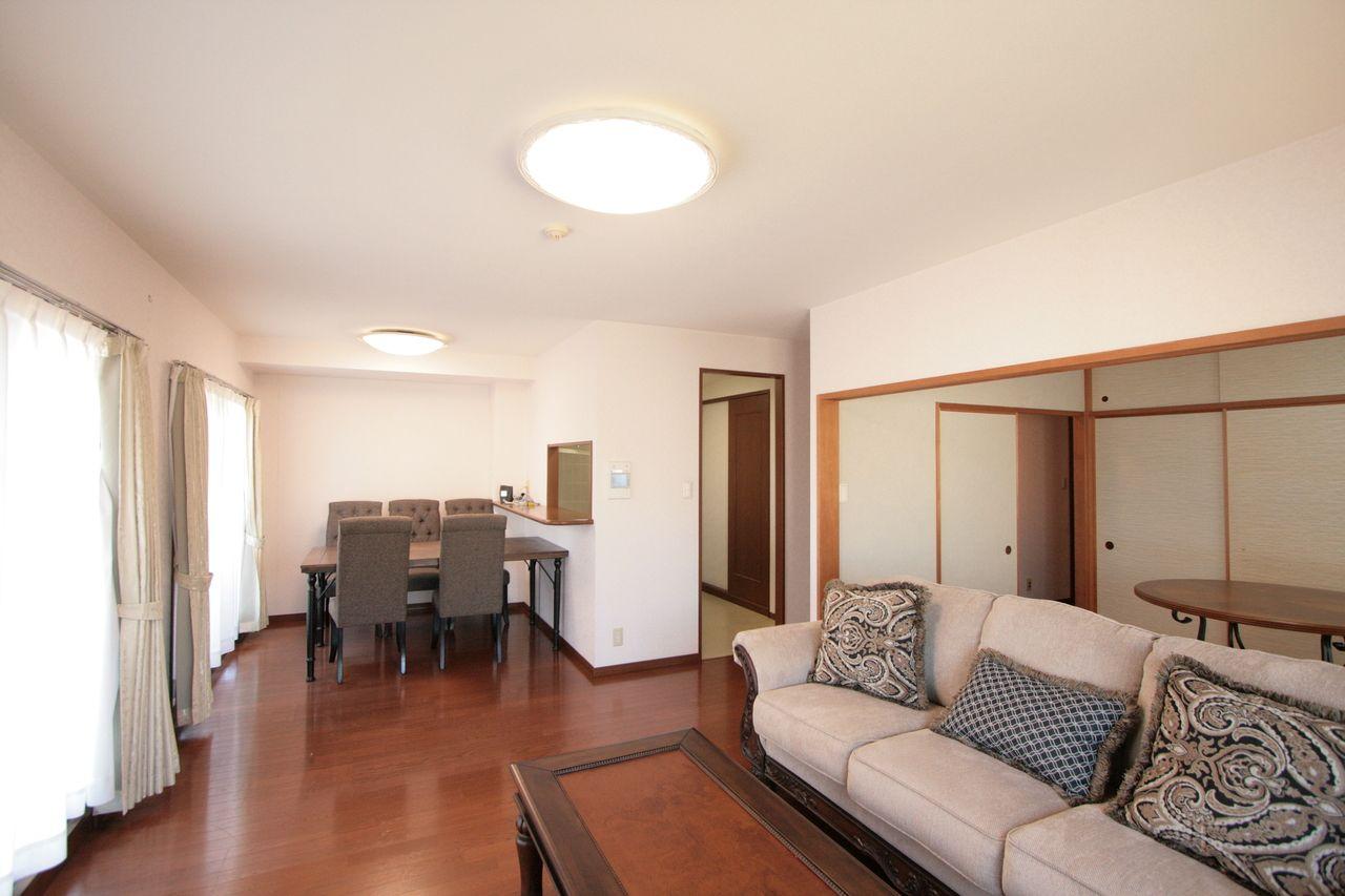 キッチンは対面式です。和室の扉は全て引込式になっているので一体的に使用できます。