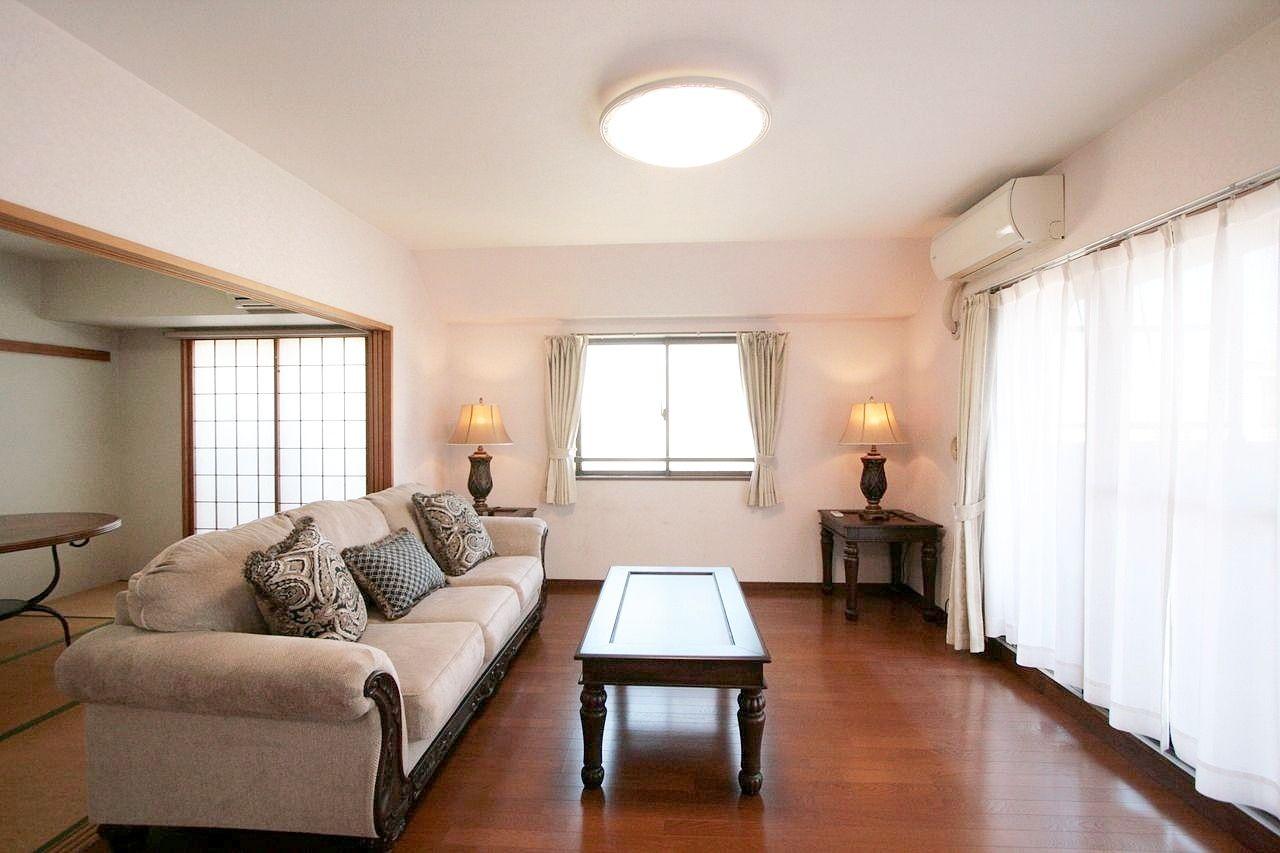 モデルハウスで展示していた輸入家具セット付。写真の家具・照明・カーテン・エアコンは全てついています。