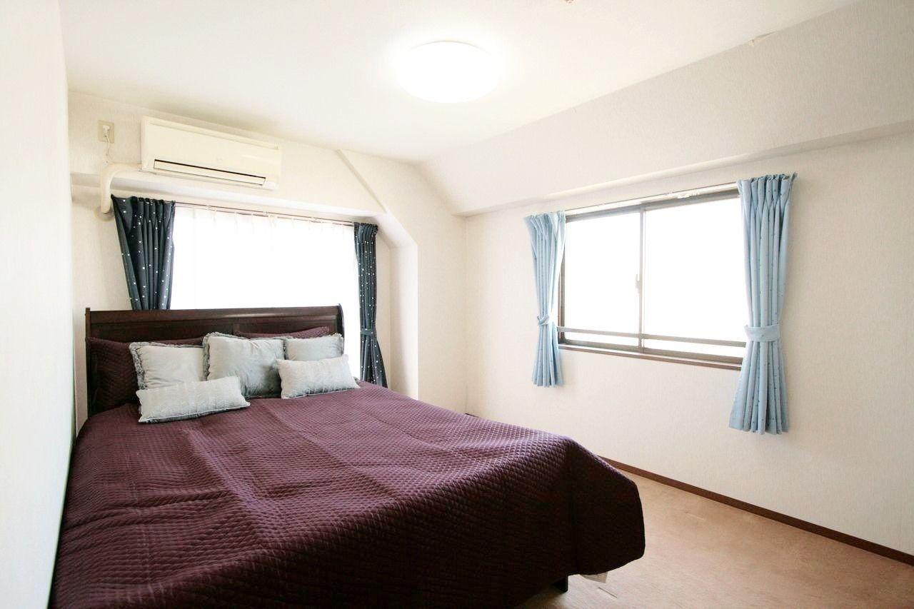 カーテン、エアコン、照明、未使用のベッドがついています。