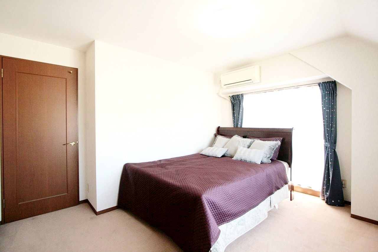 輸入のベッド・カーテン・エアコンが付いています。
