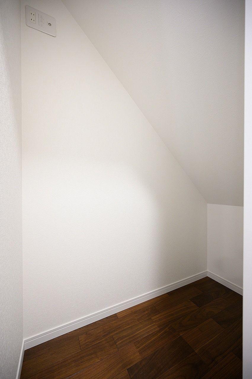 1階の階段下も有効活用。収納力もたっぷりあります。