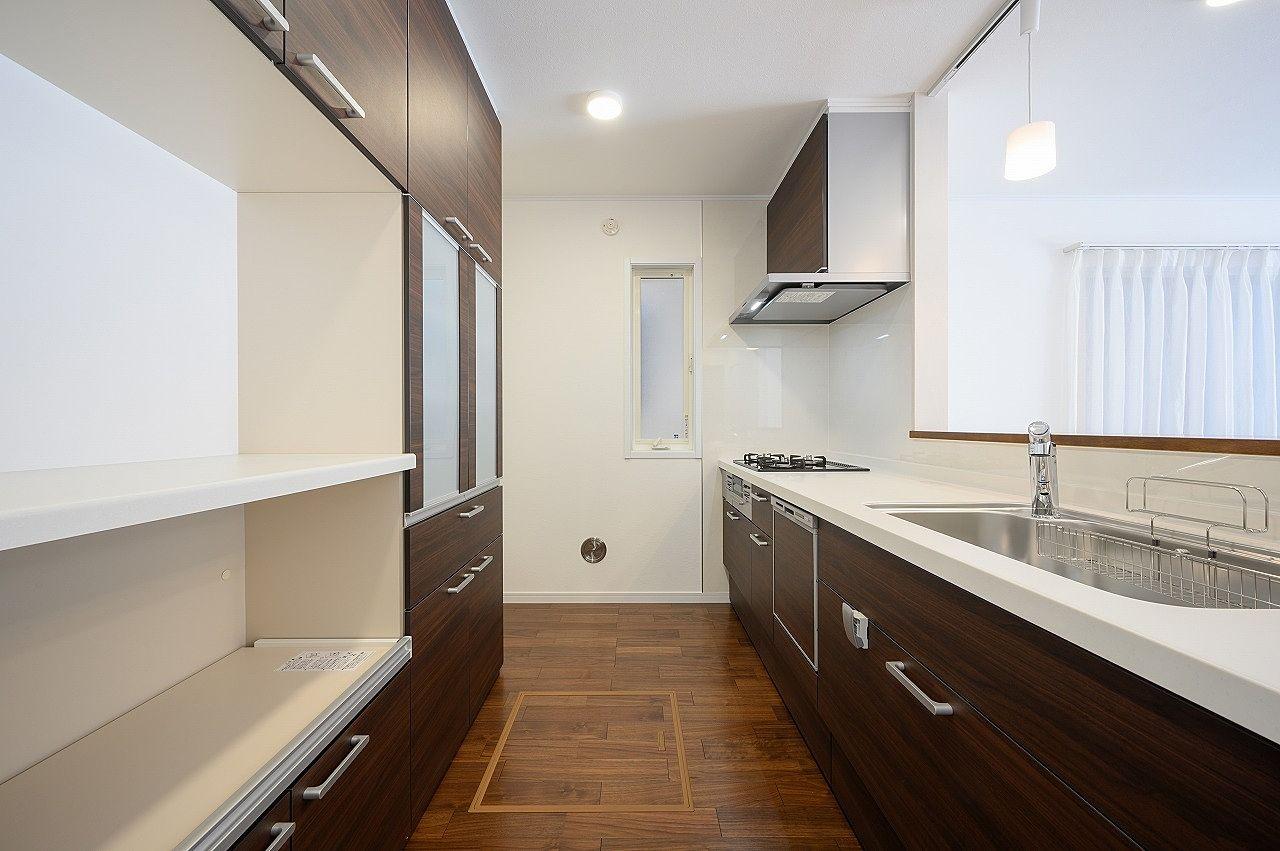 システムキッチンとお揃いの食器棚付。