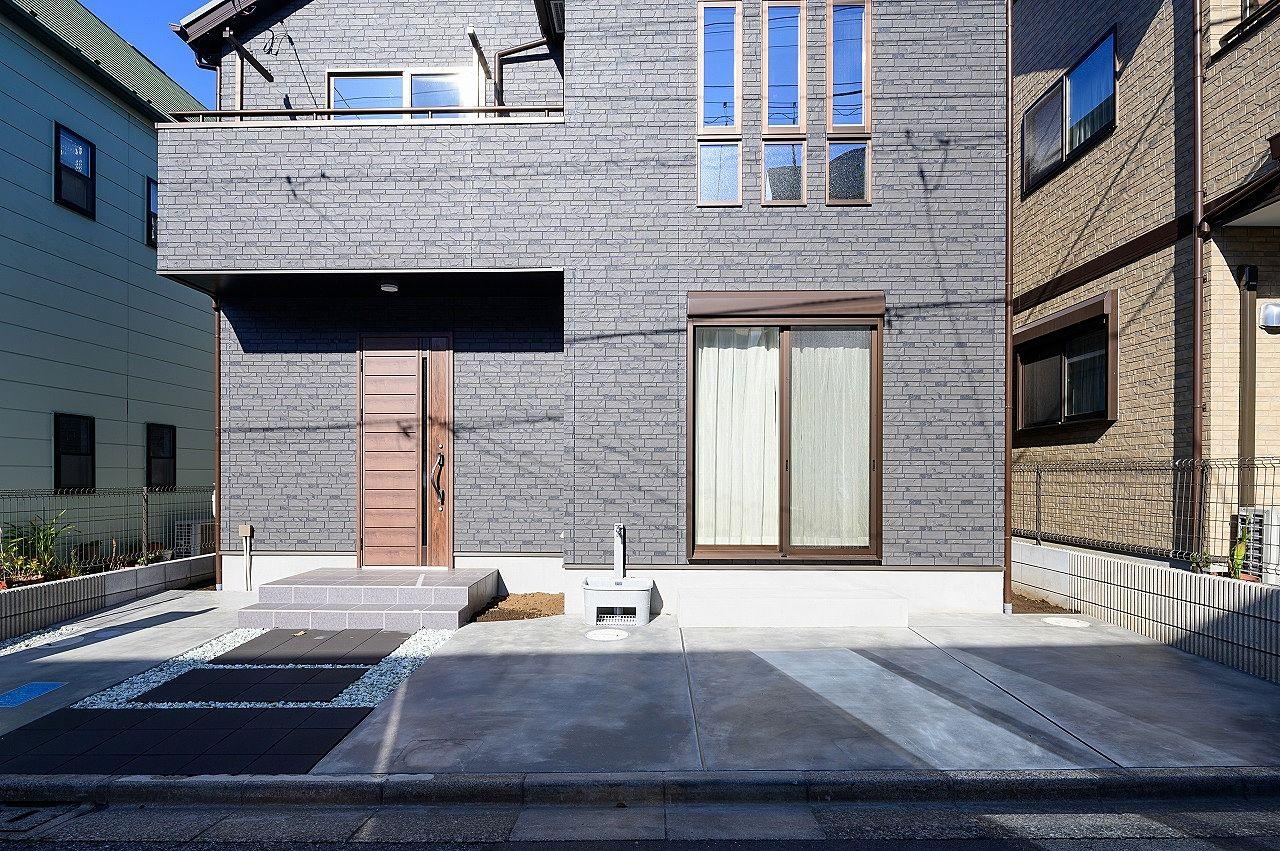 前面には車1台分の駐車場、玄関脇には自転車が駐輪できます。