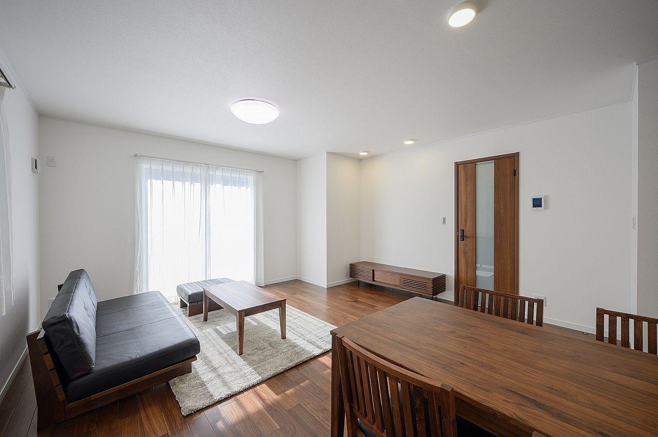 明るいお部屋です。ソファの正面には大画面テレビが似合います。
