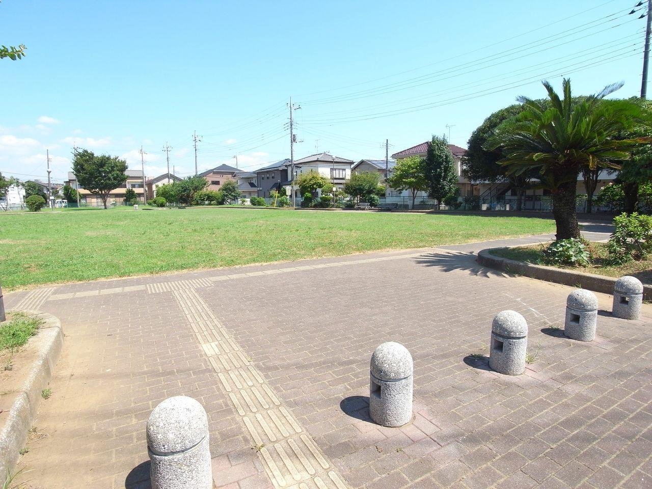 原っぱ公園と呼ばれており、子供たちに人気の公園です。