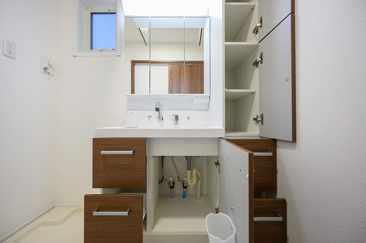 洗面台の下だけでなく脇にも収納スペースがあります。鏡の裏も収納できます。