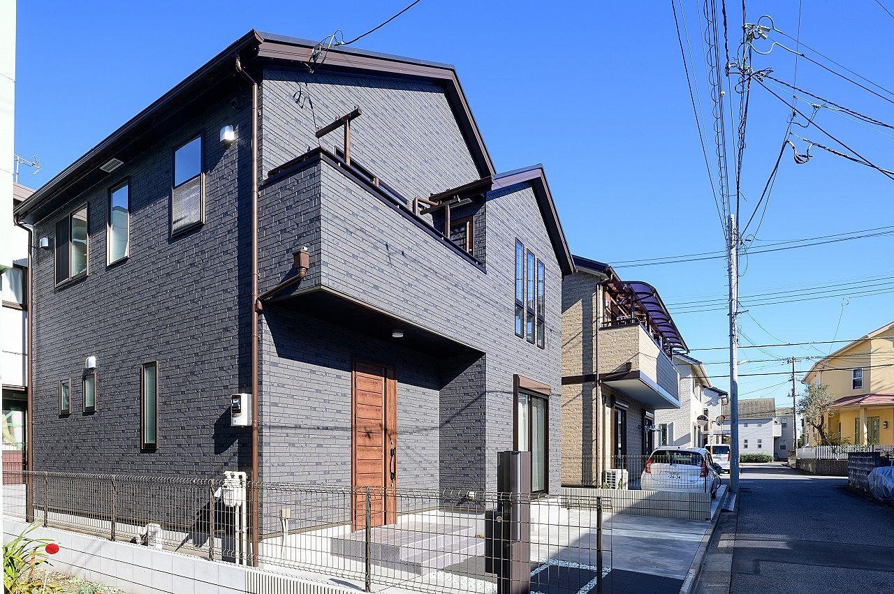 濃いグレーの外壁とブラウンのサッシが落ち着いた雰囲気を醸し出します。