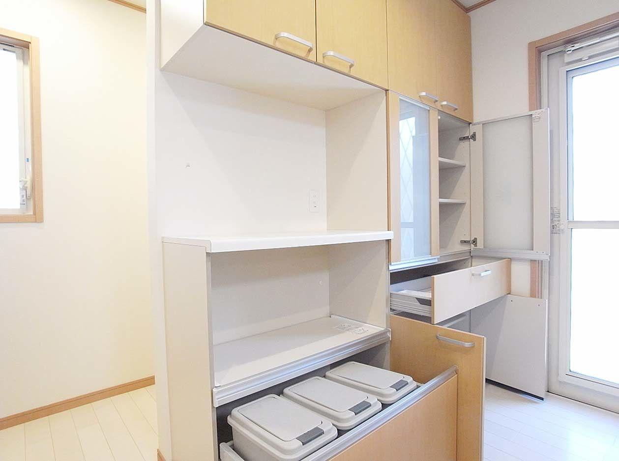 食器棚の下部にはゴミ箱が格納されているので、普段は目につきません。