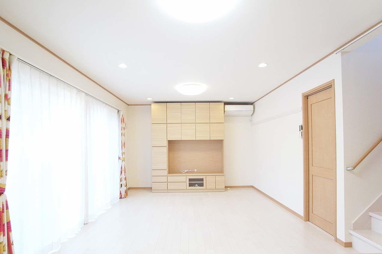 リビング家具にテレビを設置すればキッチンで家事をしながらテレビが見れます。