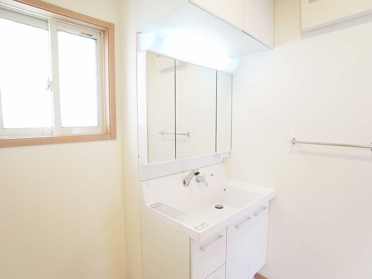 洗面台上部には収納があります。さらに床下収納もあります。