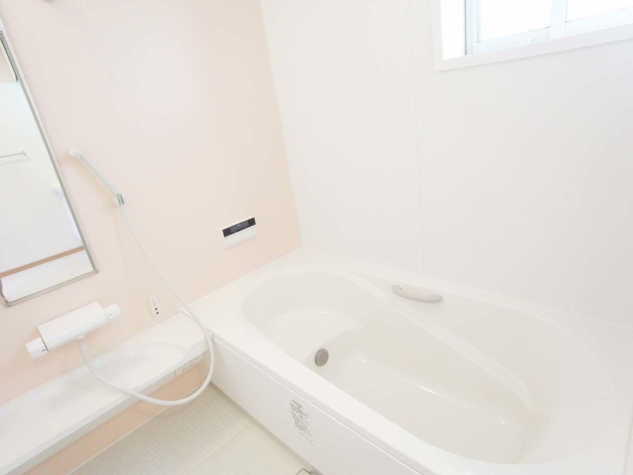 1坪タイプの明るい浴室です。