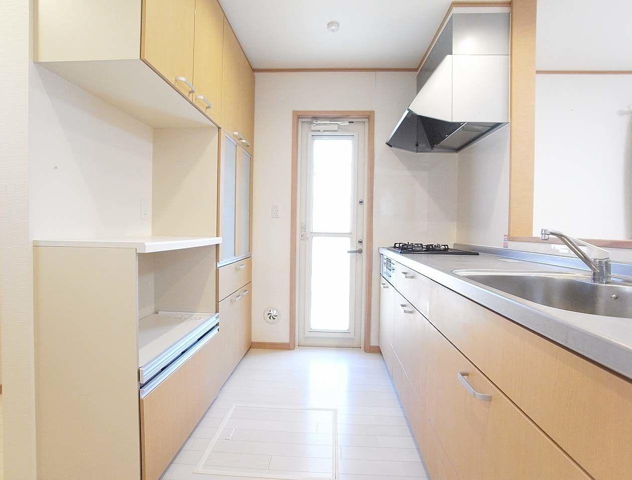 キッチンと食器棚がお揃いになっています。床下収納もあります。